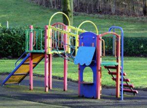 Bezpieczne wyposażenie placów zabaw
